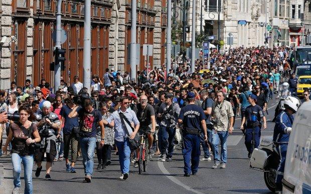 Niespokojnie w Budapeszcie. Kilkuset uchodźców ruszyło piechotą do Wiednia. Węgierskie władze deklarują podstawienie autokarów