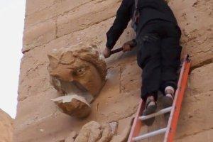 Terroryści z PI znów niszczą zabytki. Młotami i karabinami skuwają kapliczki i rzeźby w starożytnym mieście [WIDEO]