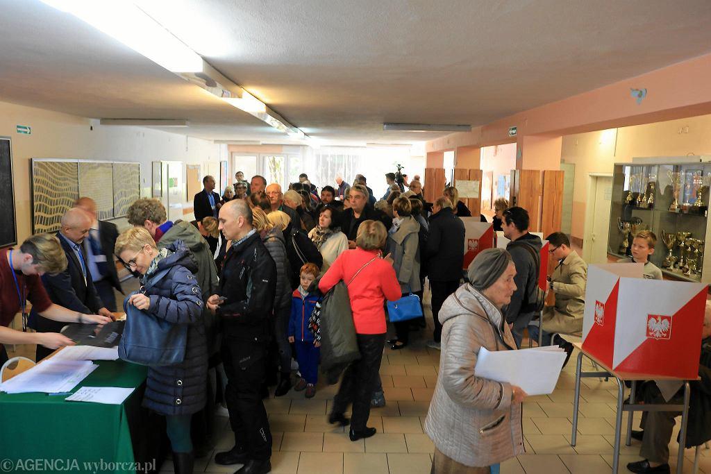 Kolejka w komisji wyborczej przy ulicy Podbipięty na Służewiu