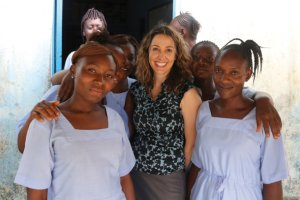 Uczona z Harvardu za�piewa�a w ho�dzie kolegom, kt�rzy zakazili si� i zmarli, badaj�c ebol� [WIDEO]