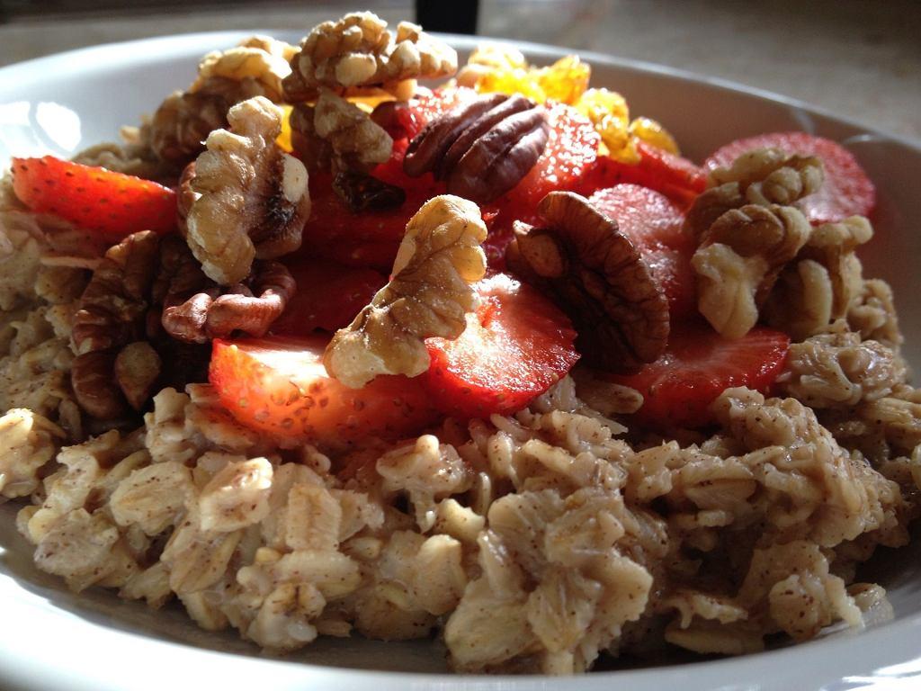 Owsianka z orzechami i owocami na śniadanie to z pewnością bardzo zdrowe rozwiązanie (chociaż niekoniecznie apetyczne). Jest jednak jedno ale...
