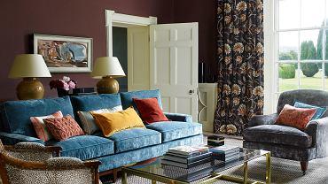 Brązowy kolor ścian i zasłon przełamuje turkusowa kanapa, Colefax & Fowler