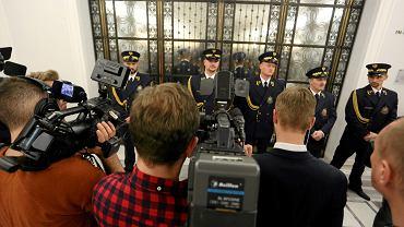 16 grudnia 2016 Straż Marszałkowska broni dostępu do Sali Kolumnowej, gdzie najpierw odbyło się posiedzenie klubu PiS a następnie już przy otwartych drzwiach uchwalano budżet.