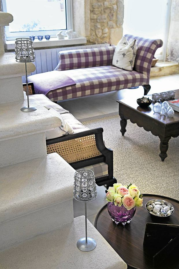 Provencal holiday house with courtyard garden SLOWA KLUCZOWE: day colour building interior living room purple cushion flooring step jewlled lamp side table chaise longue windowsill coffee table lilac detail furniture