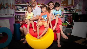 """Joanna Palica, mama niepełnosprawnego Alka, założycielka Fundacji """"Kocham"""" - z mężem i dziećmi"""