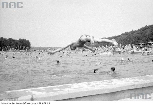 Mężczyzna wskakuje na główkę do basenu w Zalesiu Górnym, 1965