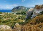 """Grecja Kos. 1) Kos pogoda: wyspa Kos ze wzgl�du na sw�j �agodny klimat nazywana jest """"egejskim ogrodem"""". Drzewa i krzewy kwitn� tu przez ca�y rok. Temperatury na Kos w maju wynosz� 19�C, w czerwcu 24�C, we wrze�niu 28�C. Najwi�ksze upa�y panuj� na wyspie w lipcu i sierpniu. Temperatura dochodzi wtedy do 32�C. 2) Kos woda: na najcieplejsz� wod� mo�emy tu liczy� w lipcu (27�C), sierpniu (28�C) i wrze�niu (28�C). W maju temperatura wody wynosi ok. 21�C, w czerwcu - 24�C. 3) Kos pla�e: piaszczyste i kamieniste. Wiele z nich nadaje si� do uprawiania sport�w wodnych. Najpopularniejsze pla�e na Kos: Lambi i Paradise Beach (obie piaszczyste). Pla�� z Zatoce Kefalos uwielbiaj� kitesurferzy. 4) Kos atrakcje: Platan Hipokratesa ? historyczne i stare drzewo, pod kt�rym wed�ug legend naucza� sam Hipokrates; Meczet Hassan Paszy ? najwi�kszy meczet na wyspie Kos, pochodzi z XVIII wieku; �wi�tynia Dionizosa ? pozosta�o�ci po �wi�tyni boga wina; Asklepiejon ? �wi�tynia Asklepiosa, boga i patrona sztuki lekarskiej, Hipokrates prowadzi� przy niej sw� szko�� lekarsk�, najwa�niejsze wykopaliska archeologiczne na wyspie; Alikes ? s�one jezioro b�d�ce siedliskiem wielu gatunk�w ptak�w; Kast�llos Antiochia ? pot�na twierdza Joannit�w z pocz�tku XV wieku; Paleo Pyli ? ruiny bizantyjskiego zamku; Przyl�dek Kefalos - s�ynie z pozosta�o�ci najstarszych siedzib ludzkich na wyspie; Aios Stefanos w zatoce Kefalos - ruiny bazyliki z VI w, zaliczane do najstarszych w okolicy zabytk�w z okresu wczesnochrze�cija�skiego; Park wodny Lido ? najwi�kszy park wodny w rejonie Morza Egejskiego. 5) Kos jedzenie: Na Kos mo�na skosztowa� potraw kuchnia greckiej z jej charakterystycznymi sk�adnikami: czosnkiem, oliwkami, oliw� z oliwek, baranin�, rybami, owocami morza, serami oraz �wie�ymi warzywami. Dania, z kt�rych s�ynie Kos, to: faszerowane kabaczki, pinigouri - zak�ska z kaszy, bekri meze - mi�so wieprzowe na ostro, r�ne postacie ciasta phyllo, briami - zapiekanka warzywna z parmezanem, dania z ryby filipak"""