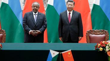 Przywódcy; Chin - Xi Jinping  i Dźibuti Ismail Omar Guelleh podczas wspólnej konferencji po oficjalnym spotkaniu. Wielka Hala Ludowa, Pekin, Chiny, 23 listopada 2017