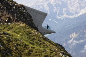 Muzeum zawieszone nad przepaścią. Niezapomniany widok na Alpy [ZDJĘCIA]