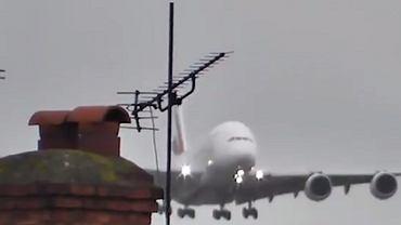 Trudne lądowanie największego samolotu na świecie