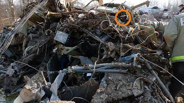 Zespół do spraw wyjaśniania opinii publicznej treści informacji i materiałów dotyczących przyczyn i okoliczności katastrofy pod Smoleńskiem opublikował na stronie faktysmolensk.gov.pl kolejne zdjęcia miejsca wypadku i szczątków samolotu Tu-154M nr 101. Fotografie mają stanowić odpowiedź na powracające pytanie, dlaczego na miejscu wypadku nie znaleziono kokpitu. Kabina pilotów była pierwszą częścią kadłuba samolotu, która uderzyła w ziemię. Dlatego przyjęła na siebie największą część energii zderzenia i uległa praktycznie całkowitej dezintegracji - czytamy na stronie Faktysmolensk.gov.pl. Wszystkie zdjęcia zostały wykonane przez specjalistów KBWLLP. Na zdjęciu: Szczątki przedziału technicznego numer 1, czyli luku awioniki, mieszczącego się pod kabiną pilotów (kółkiem zaznaczono charakterystyczną obudowę procesora systemu antykolizyjnego ACAS). Podczas zderzenia z ziemią kabina pilotów znajdowała się pod spodem