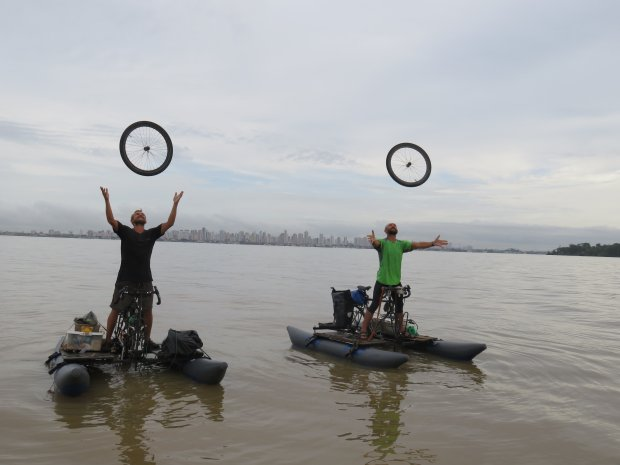 Triumfalny rzut kołami rowerowymi u wybrzeży Belem