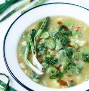 Zupa z bobem i sals� ze szczypioru