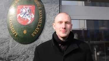 Alexander Koss pod litewskim konsulatem. Kadr z nagrania kandydata Kukiza do Sejmu
