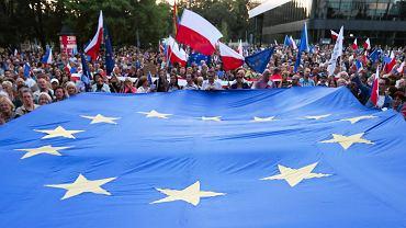 Polacy chcą być w Unii. Flaga Unii Europejskiej często pojawia się na demonstracjach opozycji (na zdjęciu protest w Krakowie w lipcu 2018 r. w obronie niezawisłych sądów). Polexit popiera dziś 11 proc. Polaków