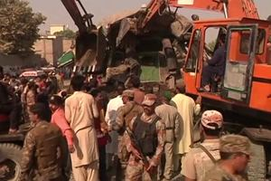 Katastrofa kolejowa w Karaczi. Wyciągają ludzi ze zmiażdżonych wagonów
