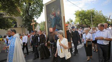 Polscy katolicy dzielą się na grupę prawdziwych, dobrych chrześcijan oraz krzykaczy, zagłuszających resztę. Kościół zmienia się w narodowy