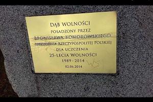 Bronisław Komorowski WSI. Zniszczona tabliczka w Poznaniu. Urzędnicy Andrzeja Dudy nie dają zgody na wymianę
