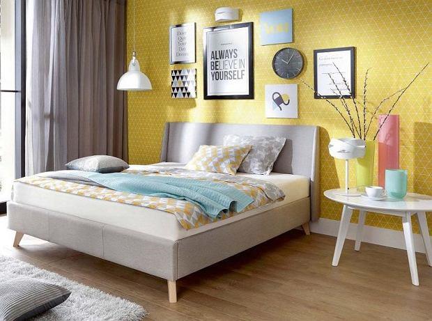 Tapeta na ścianie za łóżkiem