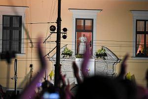 Tłumacz nie zrozumiał żartu papieża. Franciszek nie prosił o ciszę