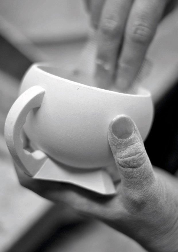 Serwis Kula autorstwa Bohdana Wendorfa, lata 30. XX w. Powyżej filiżanka z porcelany surowej poddawana jest czyszczeniu, poniżej efekt finalny ze złoceniami.