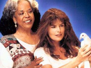 Roma Downey zasłynęła rolą anielicy o imieniu Monica w serialu 'Dotyk anioła'. Serial opowiadał historię aniołów zesłanych na Ziemię, aby pomagali śmiertelnikom w ich codziennym życiu.