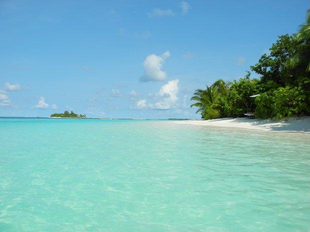 Marzysz o białej, piaszczystej plaży i turkusowym morzu? A może z utęsknieniem patrzysz na góry? Zobacz, które miejsca na urlop wybierają gwiazdy i też wybierz się we własne wymarzone miejsce na Ziemi.