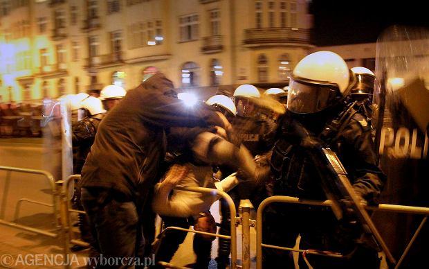 Zamieszki pod komend� w Sosnowcu. Zap�on�y znicze, policjant�w obrzucono kamieniami