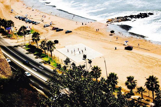 Miraflores: ciemny piasek i chłodne zazwyczaj wody Pacyfiku sprawiają, że na plażach Limy jest więcej surferów i spacerowiczów niż amatorów plażowania