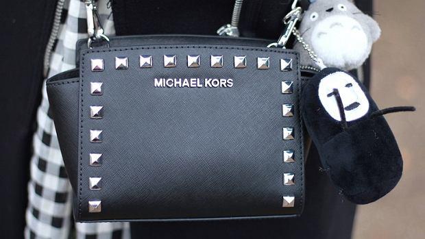 4e3149b8f0051 Czarne torby Versace, Michael Kors i Guess - eleganckie i praktyczne