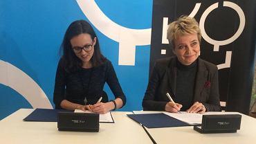 Hanna Zdanowska i Anna Głogowska-Balcerzak podpisują umowę o współpracy w ramach projektu aktywizacji zawodowej i społecznej kobiet mieszkających na obszarach rewitalizowanych