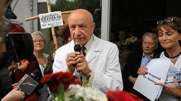 Prof. Bogdan Chazan przed Szpitalem im. Świętej Rodziny podczas pikiety w jego obronie, 13 czerwca