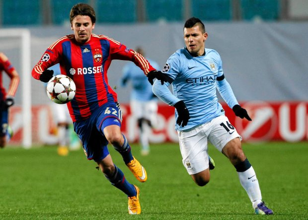 CSKA Moscow's Georgi Schennikov (L) challenges Manchester City's Sergio Aguero during their Champions League Group E soccer match at the Arena Khimki outside Moscow, October 21, 2014. REUTERS/Maxim Shemetov (RUSSIA - Tags: SPORT SOCCER) SLOWA KLUCZOWE: :rel:d:bm:LR1EAAL1BP6P7