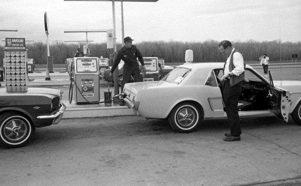 Tankowanie przed jazdami testowymi - 1964 rok