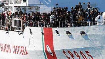 342 imigrantów (w tym 150 Syryjczyków i 40 Irakijczyków) na łodzi włoskiej straży przybrzeżnej w piątek w porcie Augusta na Sycylii. Uratowano ich w czwartek na pełnym morzu