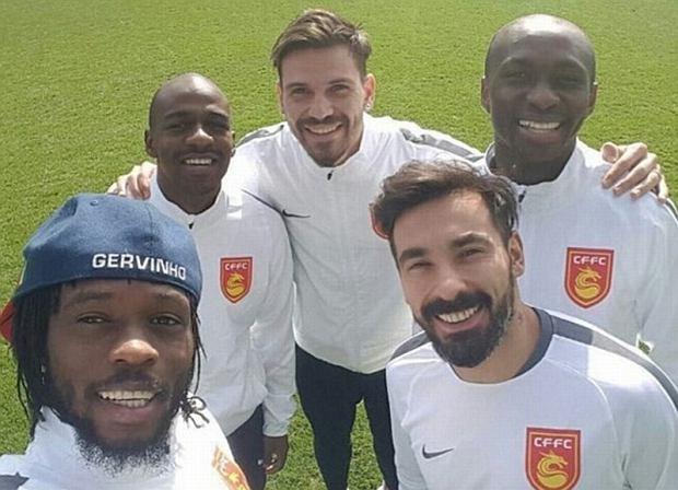 Ezequiel Lavezzi (z prawej) i nowi klubowi koledzy