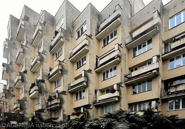 Blok przy ul. Koziej 9 w Warszawie, budynek z okresu PRL-u, który ma zostać wpisany na listę zabytków, 01.03.2016 r.