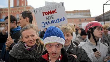 Protest rodziców, opiekunów dzieci niepełnosprawnych. Żądają podniesienia wysokości zasiłku pielęgnacyjnego. Częstochowa, 26 marca 2016