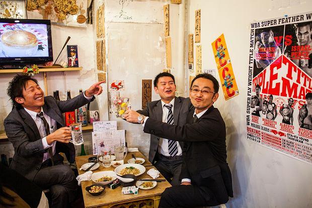 W Japonii, w Korei nie ma nic gorszego niż samotne picie. Pije sam, bo nikt nie chce się z nim napić - tak odczytuje to otoczenie. Kiedy mężczyzna bez towarzystwa przychodzi do baru, dosiada się do niego hostessa.  Bez podtekstu seksualnego, tylko żeby dotrzymać mu towarzystwa