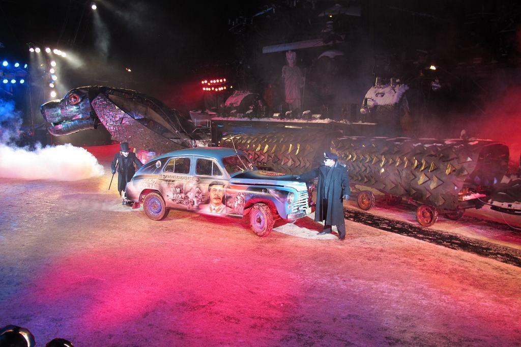 Przedstawienie na klubowym placu zorganizowane jest z pełnym rozmachem. Sa ziejące ogniem smoki, wampiry i .... pobieda M20 wymalowana aerografem w sceny batalistyczne i portret Stalina (fot. Lech Potyński)