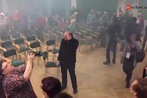 Przerwane spotkanie z Adamem Michnikiem w Płocku. Dwie osoby odpaliły świecę dymną