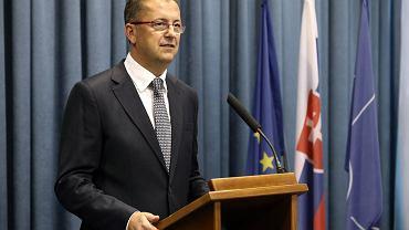 Szef słowackiego MON Martin Glvác przypomina Antoniemu Macierewiczowi, że Centrum Kontrwywiadu NATO w Warszawie  nie podlega polskiemu resortowi obrony, lecz jest 'inicjatywą 10 państw członkowskich NATO'