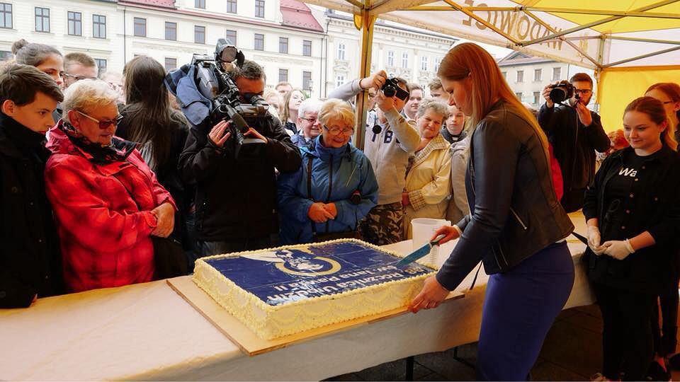 Ewa Całus, wiceburmistrz Wadowic kroi tort z okazji 98. rocznicy urodzin Jana Pawła II