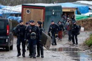 Imigranci obrzucili kamieniami autobus z dziećmi w Calais. Kierowca podjął jedyną słuszną decyzję