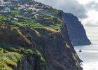 Portugalia Madera. 1) Madera pogada: �agodny klimat Madery sprawia, �e r�nica temperatur latem (24oC ) i zim� (19oC) to tylko kilka stopni. 2) Madera woda: podobnie jest z temperatur� wody morskiej. Ze wzgl�du na wp�yw ciep�ego pr�du Gulf �rednia temperatura wody w lecie wynosi 22oC, w zimie - 18�C. 3) Madera pla�e: wybrze�a Madery w wi�kszo�ci s� strome, pla�e - cz�sto wybetonowane (do wody schodzi si� za pomoc� drabinki) lub kamieniste, a sama wyspa - jest sto�kiem podwodnego wulkanu. Jednak i tutaj mi�o�nicy le�enia na pla�y znajd� co� dla siebie. Najciekawsze pla�e na Maderze to Praia de Sao Tiago, Praia do Gorgulho, Praia Formosa, Praia dos Namorados i Praia Nova. 4) Madera atrakcje: Pico Ruino (1862 m n.p.m.) najwy�szy szczyt Madery; wspinaczka -  g�rzysty charakter Madery sprawia, �e jest to miejsce ch�tnie wybierane przez wspinaczy sportowych z ca�ego �wiata; Cabo Girao  - gigantyczny skalisty kolos (580 m wysoko�ci) jest najbardziej znanym punktem widokowym wyspy; Laurissilva - najwi�kszy na �wiecie las namorzynowy. 5) Madera jedzenie: tradycyjne portugalskie posi�ki sk�adaj� si� g��wnie z mi�sa i ryb podawanych z ziemniakami, ry�em i warzywami. Potrawy, kt�rych trzeba spr�bowa�: espada - ryba bez o�ci, kt�r� podaje si� z bananami (com banana) lub sma�onymi kosatkami polenty (milho frito); espetada - szasz�yk z grillowanego mi�sa, caldeirada - potrawa z duszonego mi�sa i owoc�w morza o konsystencji g�stej zupy.