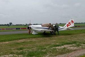 Samolot AT-3 ręcznie usuwany z pasa