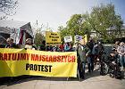 """""""Rząd chce zamknąć niepełnosprawne dzieci w domach"""". Rodzice protestują pod Sejmem"""