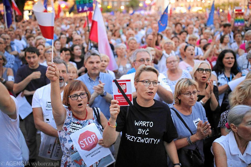 Lipiec 2018 r. Poznański Łańcuch Światła w obronie niezależności sądów. Na jednej z demonstracji przemawiała też sędzia Monika Frąckowiak