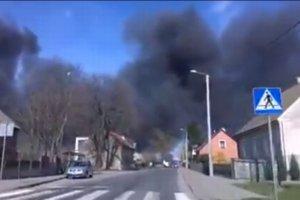 Wielki pożar składowiska odpadów sztucznych. Z ogniem walczyło 10 zastępów straży pożarnej [WIDEO]
