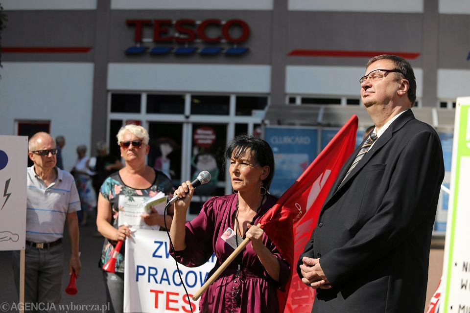 Poseł PiS Szymon Giżyński podczas pikiety zwiazkowców i pracowników sklepu Tesco, Częstochowa 28.08.2015.